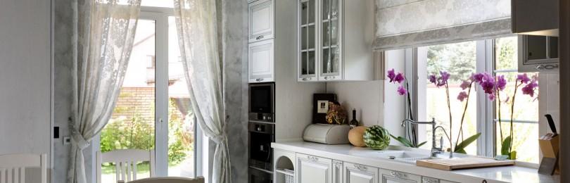Разнообразие занавесок для оформления окна в кухне-студии