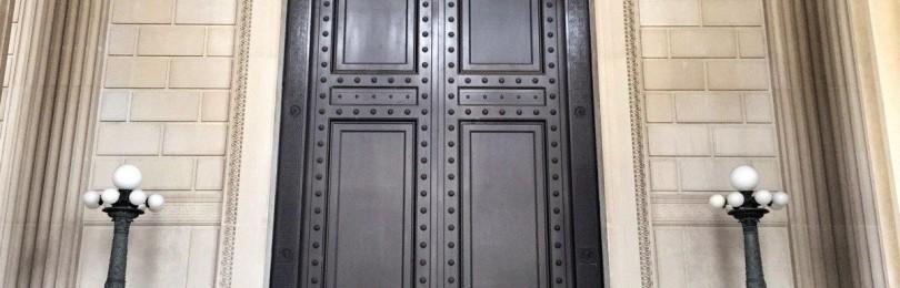 Для чего в старых зданиях Петербурга 4-х метровые двери в высоту? Какие люди в них заходили?
