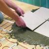 Как клеить плитку на пол (видео)