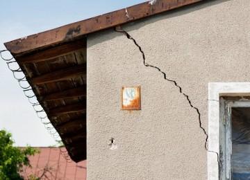 Купили дом, а через месяц образовалась трещина в стене