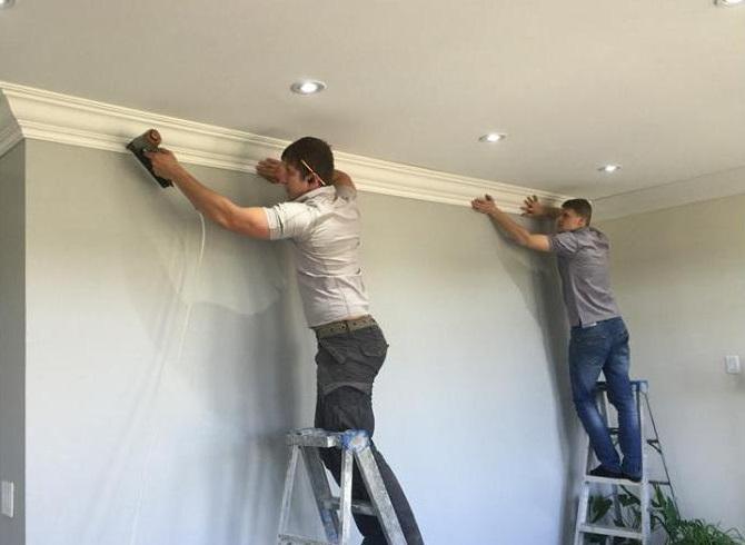 Как крепить потолочный плинтус к натяжному потолку - всё о ремонте потолка