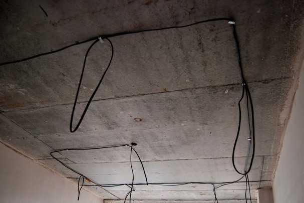 Как сделать прокладку электрики по потолку – варианты и способы