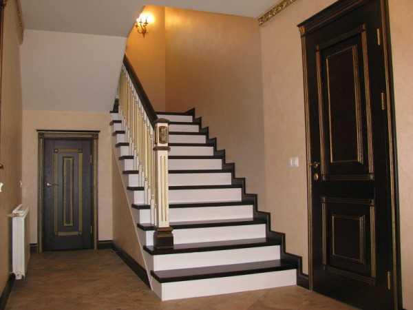 чем покрыть лестницу из дерева внутри дома