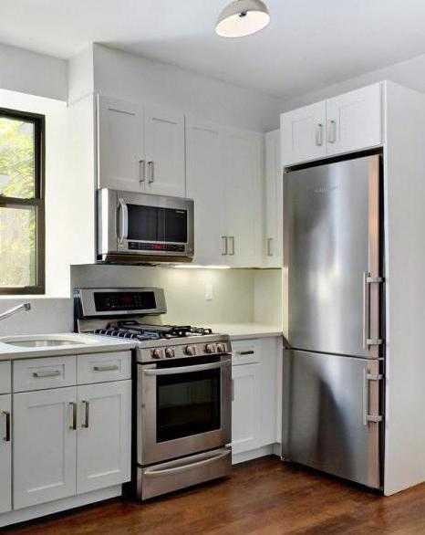 Эргономичная и стильная кухня с техникой: фото дизайна кухни в хрущевке с холодильником и газовой колонкой