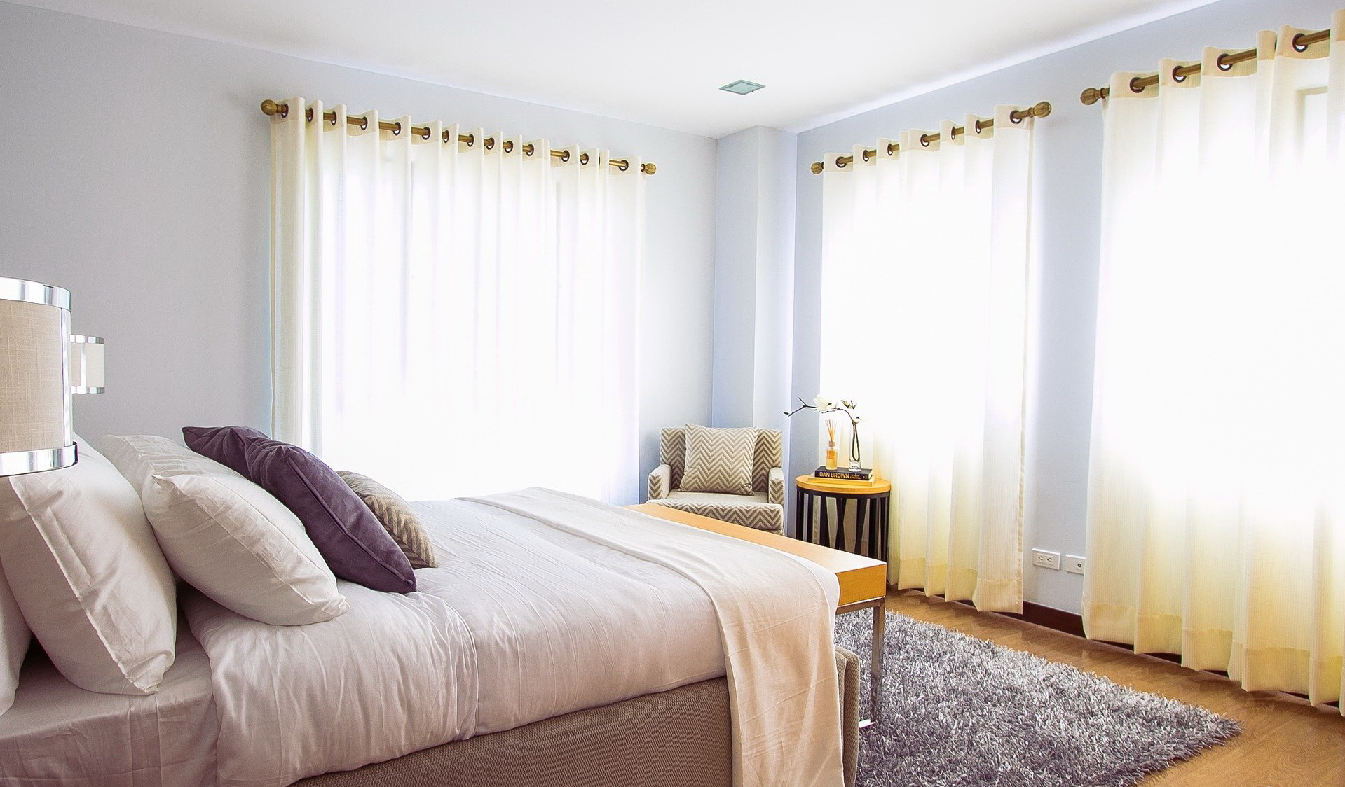 Как выбрать шторы в спальню? 63 фото как подобрать их к обоям и к другим элементам интерьера? какие шторы и тюль сейчас в моде? советы специалистов