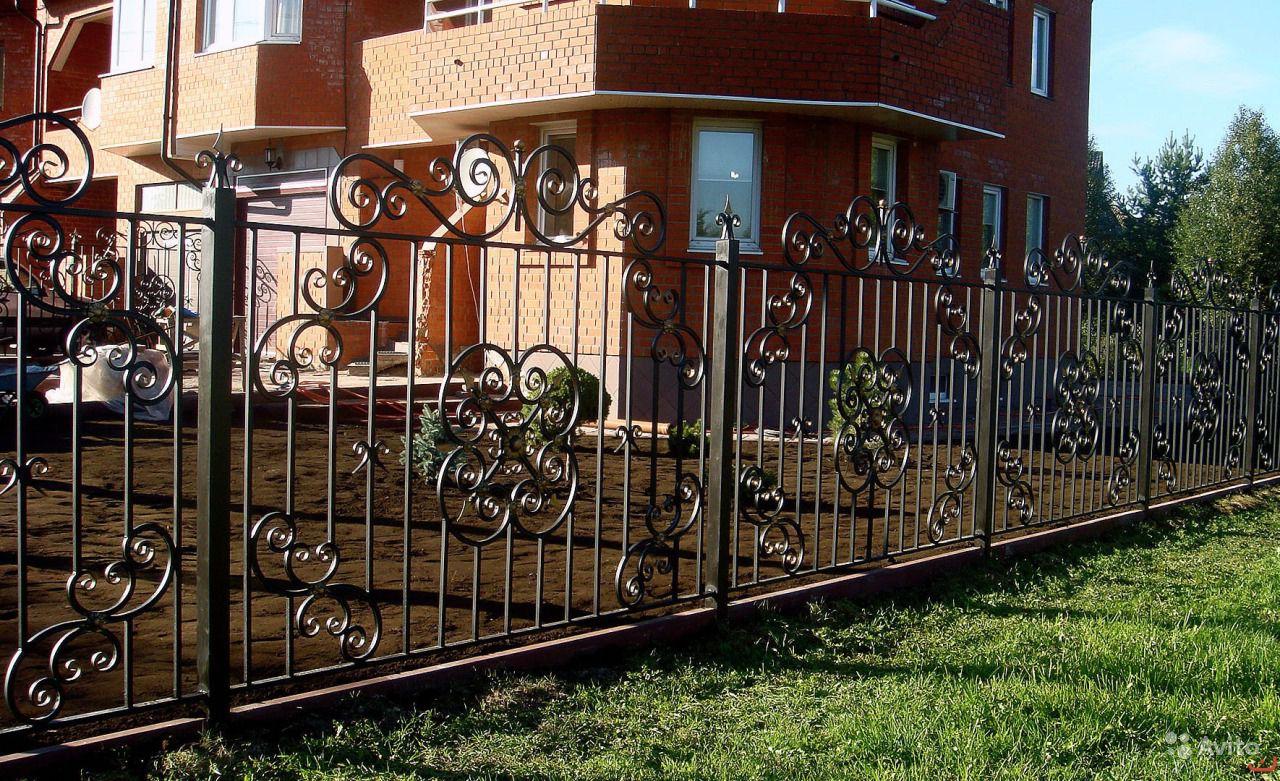 красивые кованые заборы в частных домах