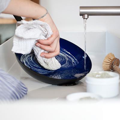 Несколько эффективных способов, как убрать супер клей с одежды