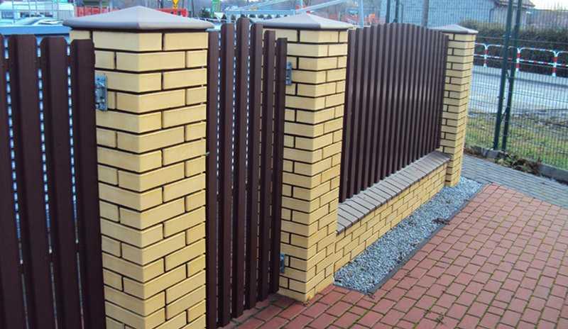 Забор из кирпича: желтого, белого, облицовочного – плюсы и минусы материалов