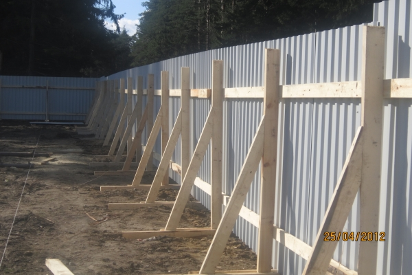 Как и чем крепить профлисты на заборе