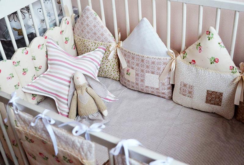 Шьем бампер и подушки в детскую кроватку своими руками (18 фото + видео)
