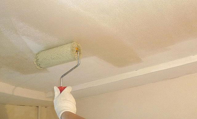 Как побелить потолок известью своими руками?