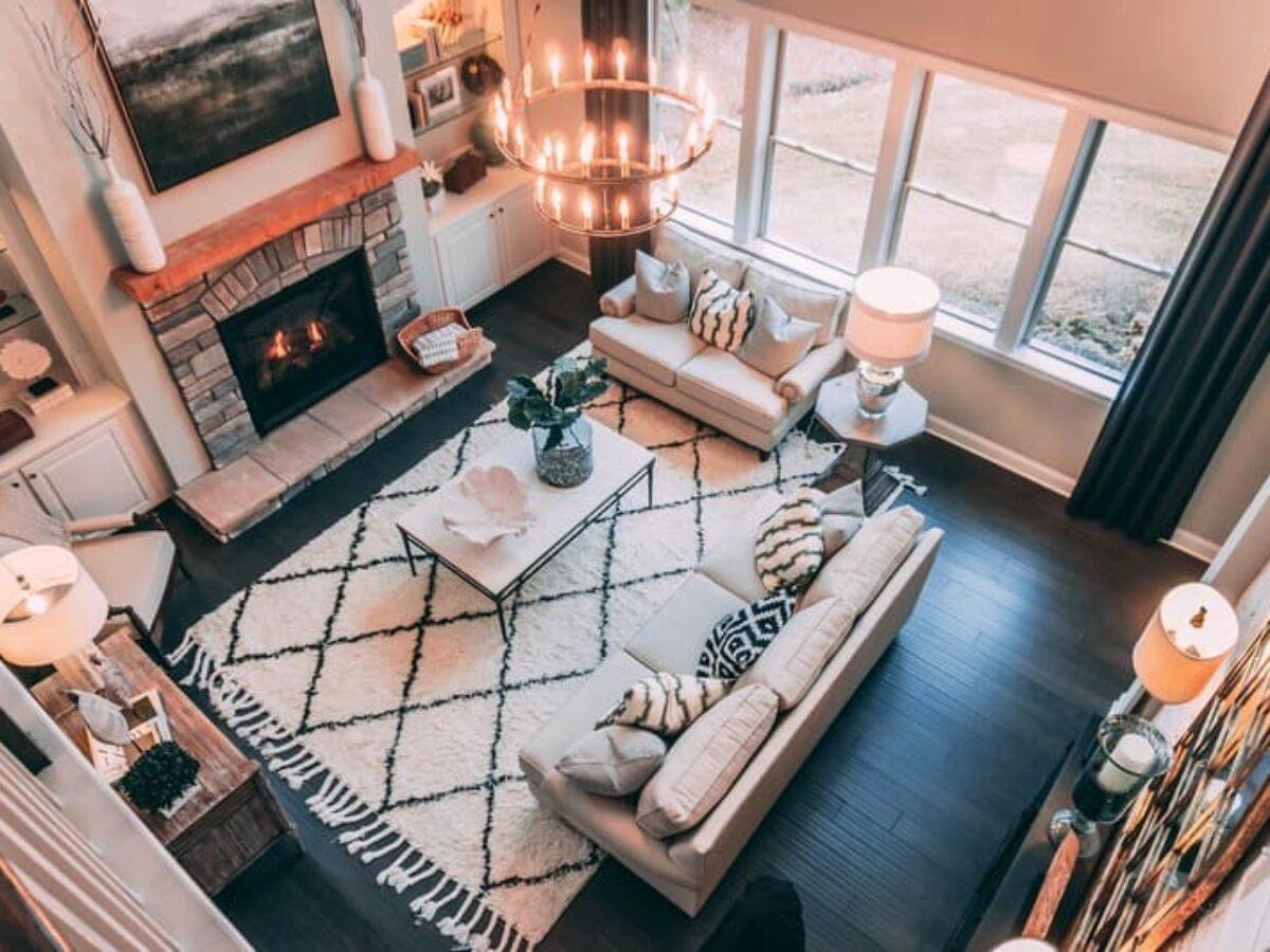 Модные ковры в интерьере гостиной – с ворсом, шегги и др. на фото