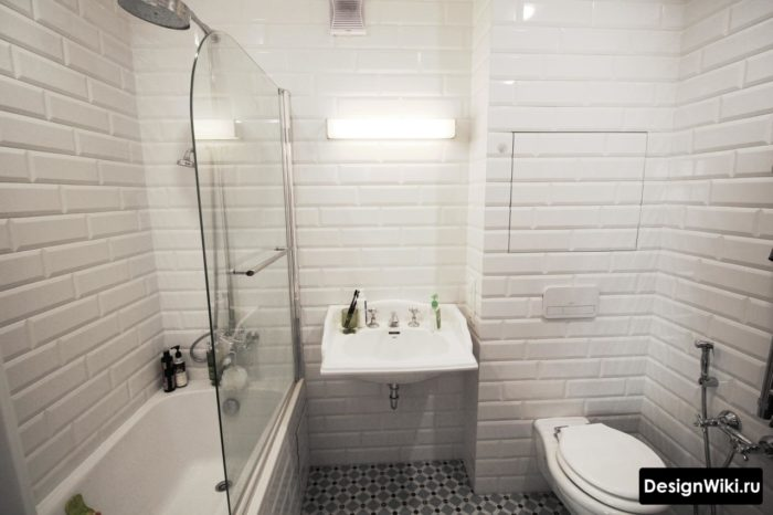 большая плитка в маленькой ванной