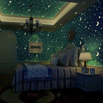 Светящиеся и неоновые обои (41 фото): потолок «звездное небо», люминесцентные модели для стен, светящиеся в темноте, на потолок со звездами