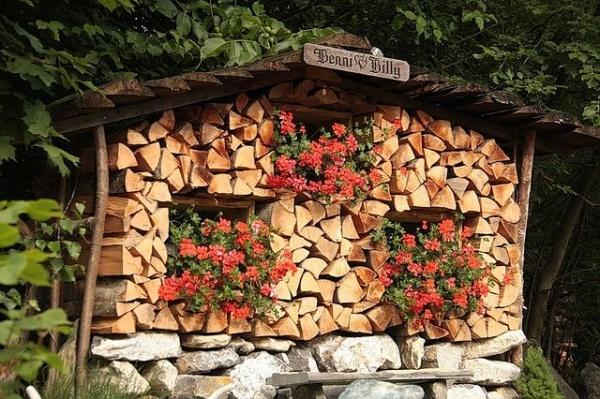 Уличная дровница (33 фото): как сложить дрова? обзор деревянных и оригинальных дровниц. правила хранения дров зимой без навеса