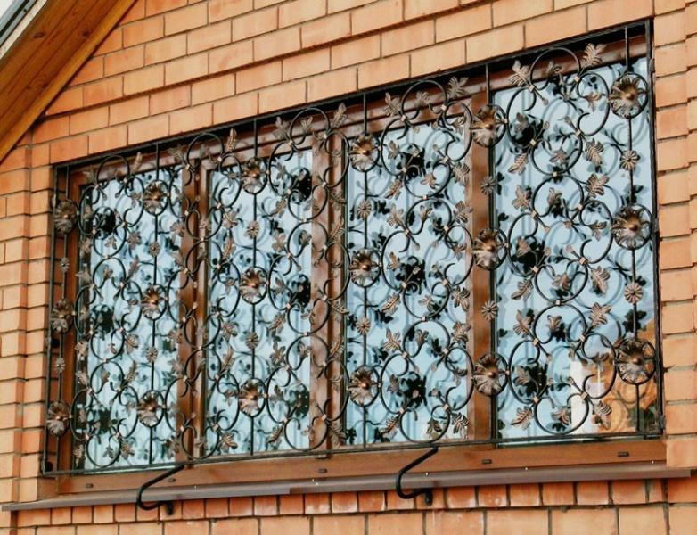 Установка прозрачных решеток на окна из поликарбоната: правила выбора