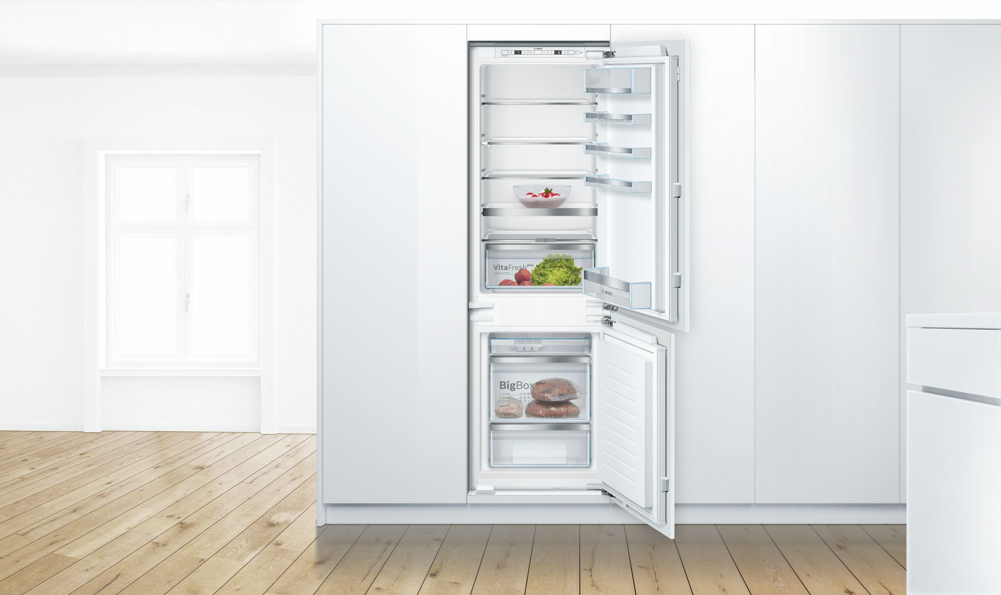 кухня с холодильником у окна