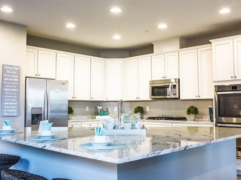 Как установить кухонный плинтус на столешницу?