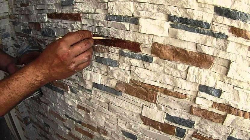 на что клеить гипсовую плитку на стену