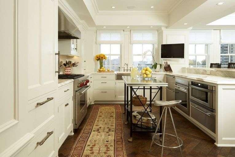 Телевизор на кухне: варианты размещения, фото