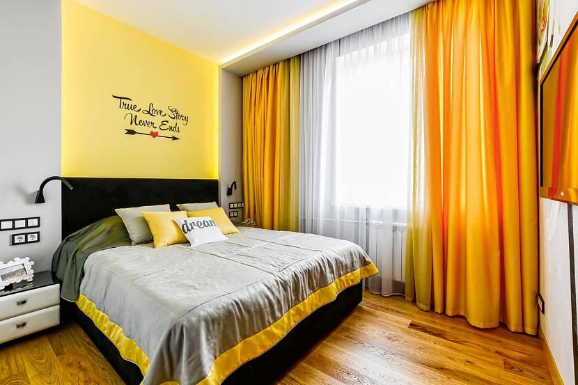 желтые шторы в интерьере гостиной фото