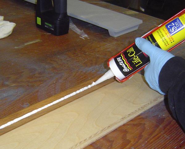 Использование межвенцового герметика для деревянного сруба: преимущества и правила работы