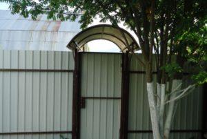 козырек над воротами