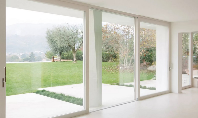 Достоинства пластиковых межкомнатных дверей со стеклом