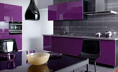 бело фиолетовая кухня