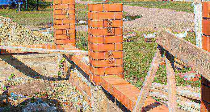 Столбы для забора - разновидности и монтажные работы (69 фото): винтовые и декоративные деревянные столбики и блоки, имитация кирпичной поверхности
