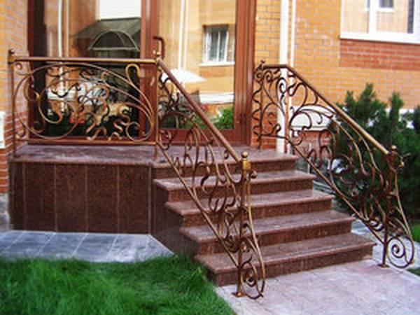 крыльцо перед входом в дом
