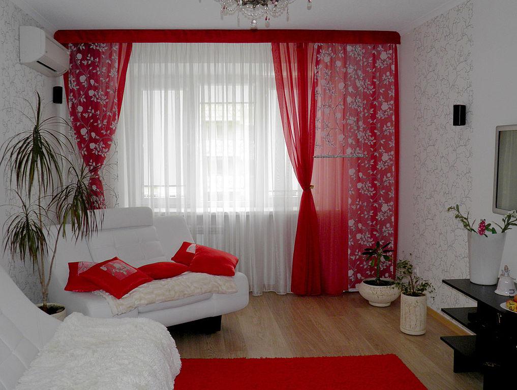 Выбираем шторы под красные обои по реальным фото