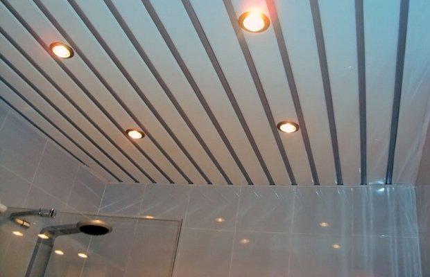 потолок из реек деревянных с подсветкой