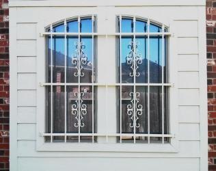 Раздвижные решетки на окна и двери от 2500 рублей – купить решетку в москве