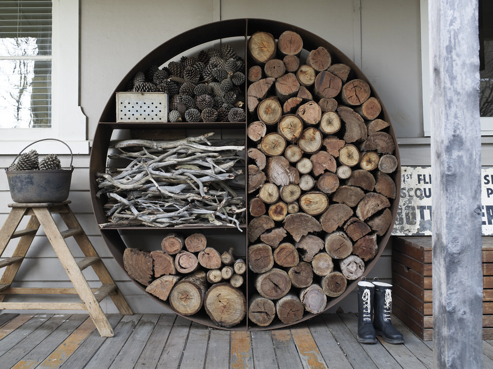 Дровница для камина и печей: фото дровяника, каминного набора в доме