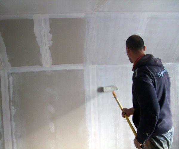 Сколько слоев грунтовки нужно наносить на стены перед покраской