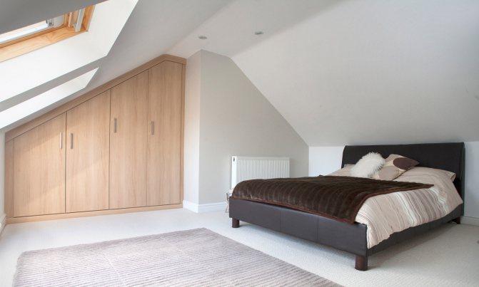 Как оформить спальню со скошенным потолком?