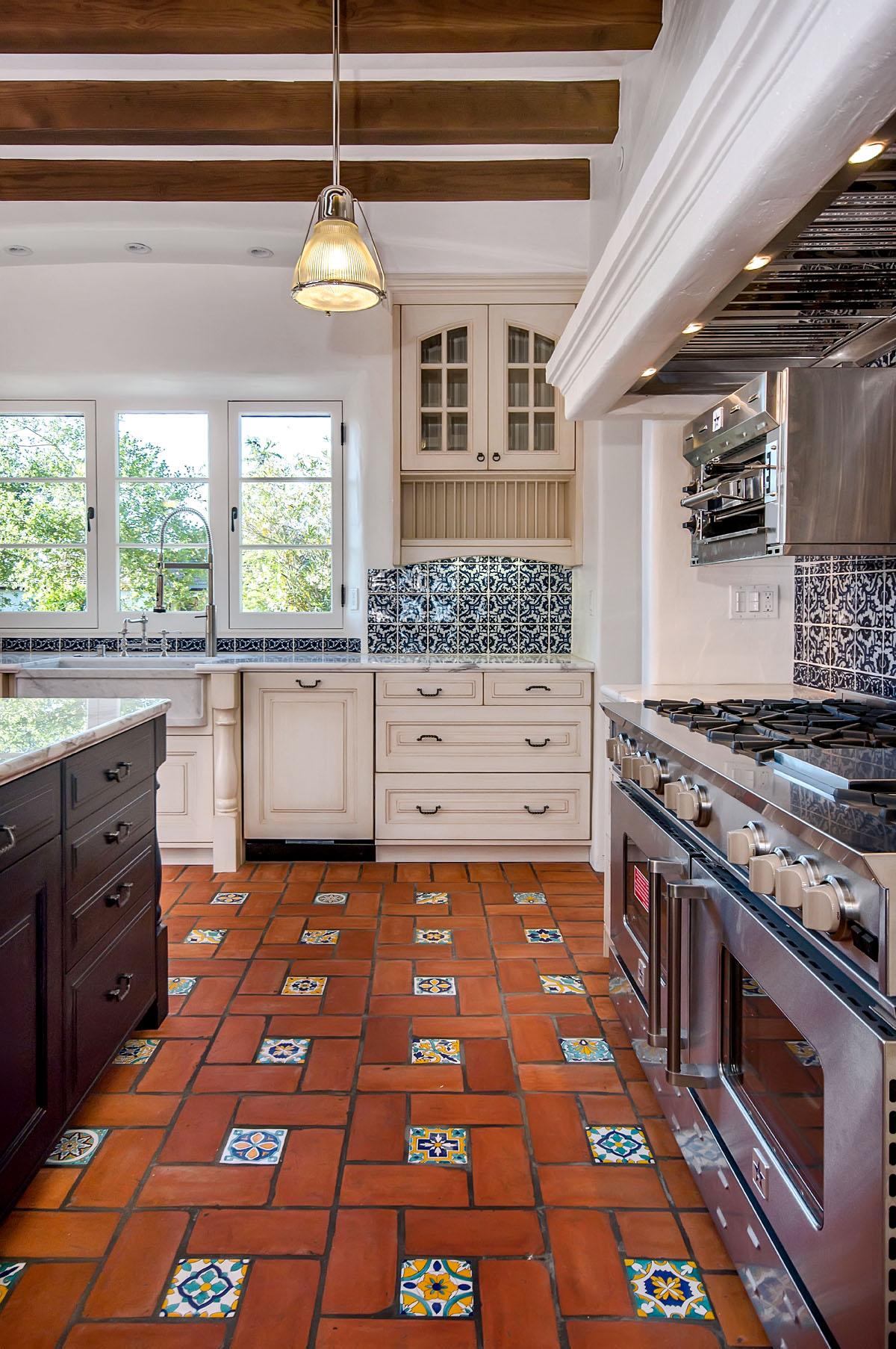 Керамическая плитка на пол для кухни, фото лучших дизайнерских проектов и способы укладки плитки на пол