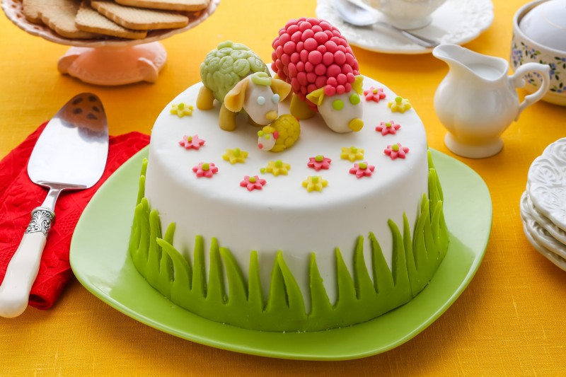 как украсить белый торт