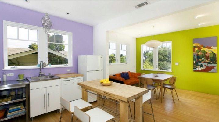 Дизайн маленькой кухни в бежевых тонах с яркими акцентами