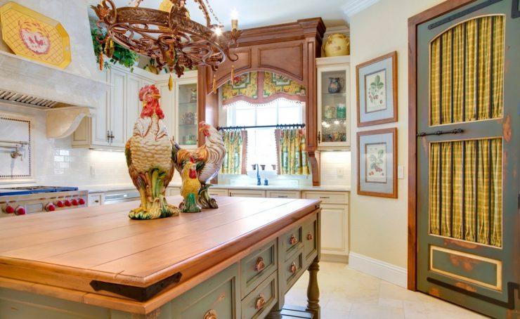 Кухня под дерево (82 фото): кухни из пластика под дерево в дизайне интерьера, угловые кухонные гарнитуры, цвета фасадов под дерево и камень, светлые и темные кухни