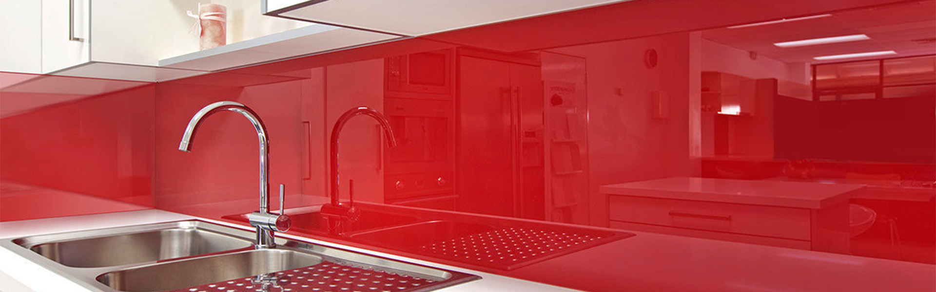 Стеклянный фартук для кухни: фото в интерьере, дизайн, особенности выбора