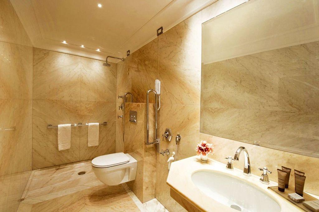 Дизайн маленькой ванной комнаты под мрамор