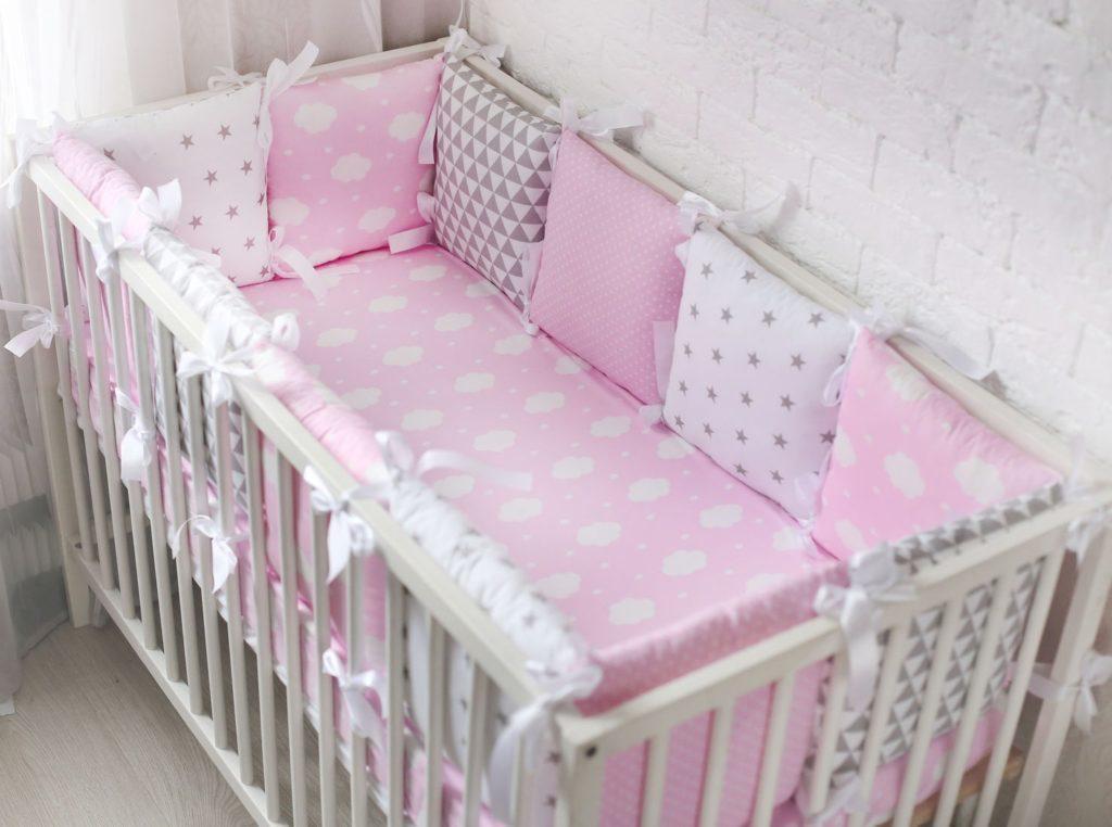 Бортики в кроватку для новорождённых своими руками: советы и инструкция