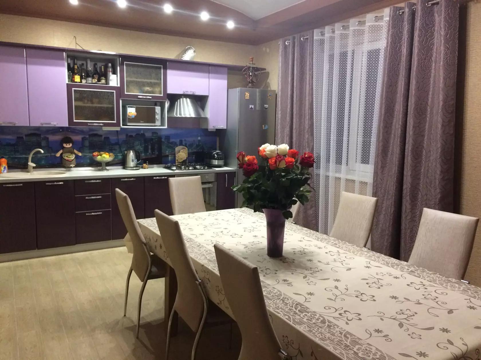 Короткие шторы на кухню — 120 фото новинок дизайна. обзор оригинальных и красивых вариантов сочетания в интерьере кухни