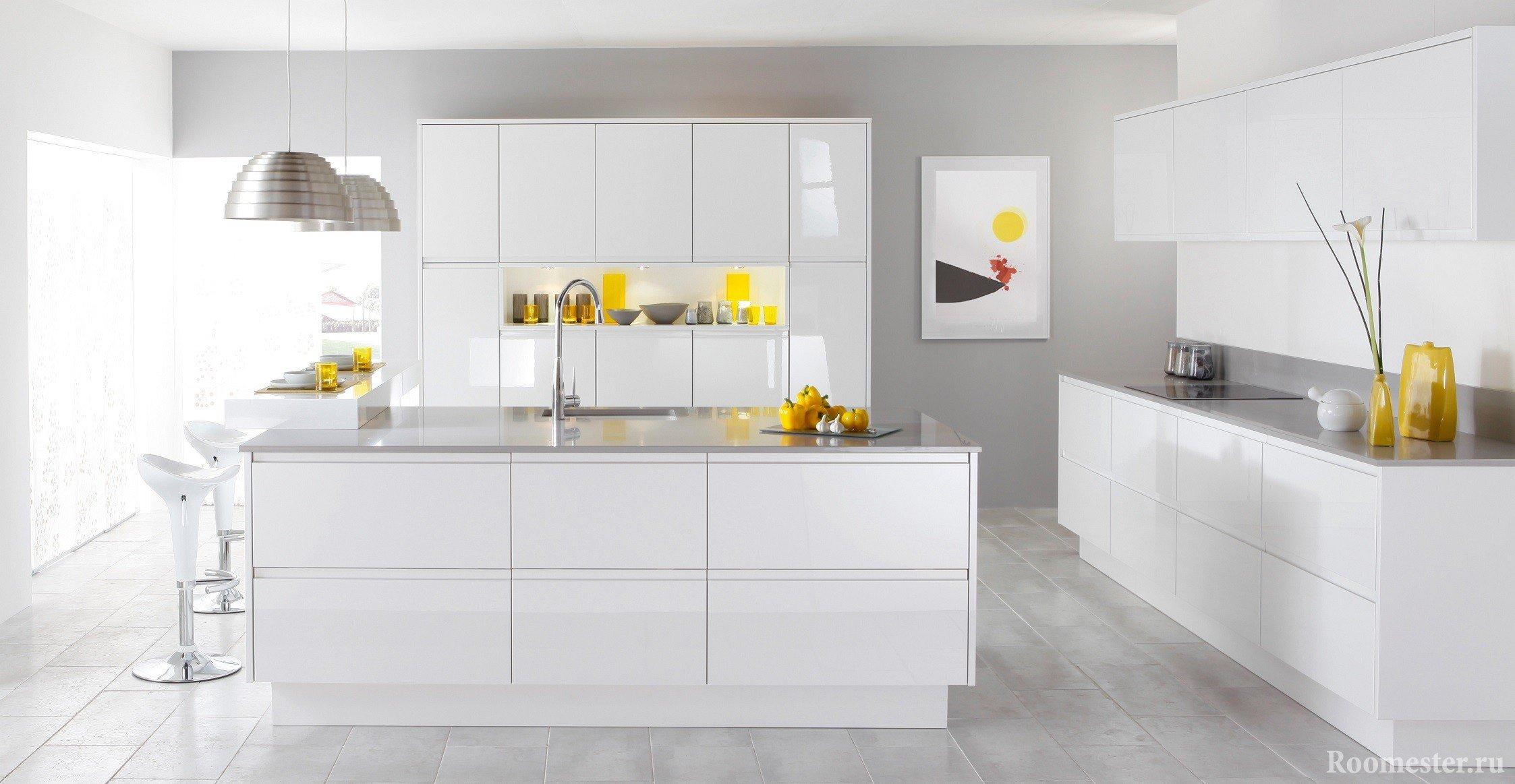 белый кухонный гарнитур в интерьере