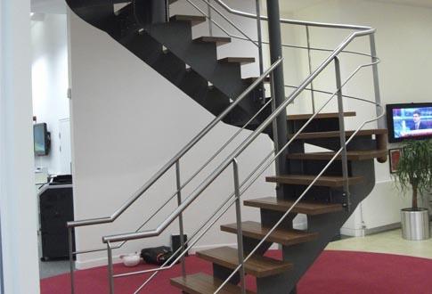 Лестницы на второй этаж на металлическом каркасе: рассказываем по пунктам