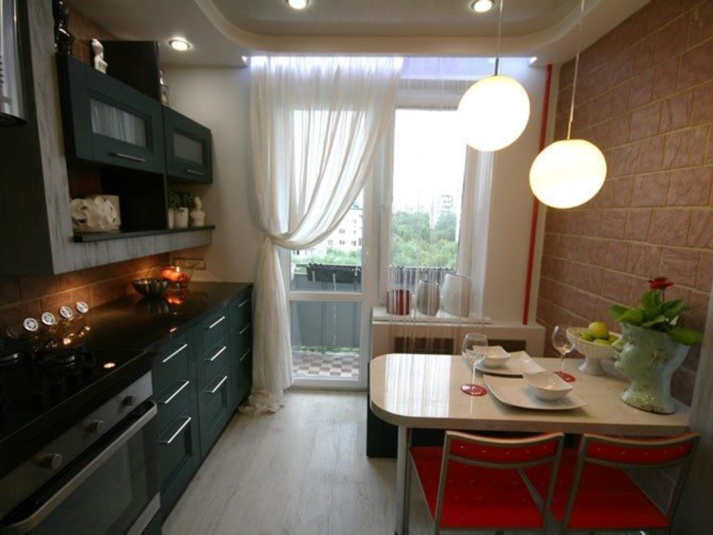 Дизайн маленькой кухни с балконом (44 фото): кухня с большим окном и балконной дверью, интерьер небольшой п-образной кухни с балконом