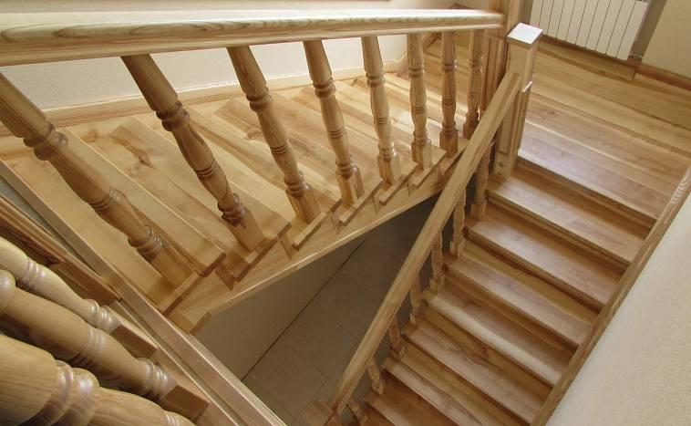 Чем лучше покрасить деревянную лестницу в доме: секреты и рекомендации
