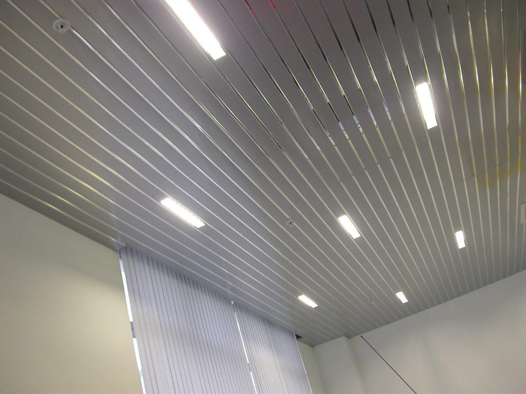 Деревянный реечный потолок: экологично и красиво
